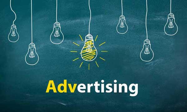 """scritta """"Advertising"""" e delle lampadine disegnate appese con un filo al margine superiore tra le quali al centro se ne distingue una illuminata"""