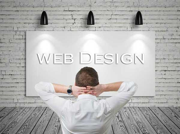 Uomo che osserva una tela bianca con la scritta Web Design al centro